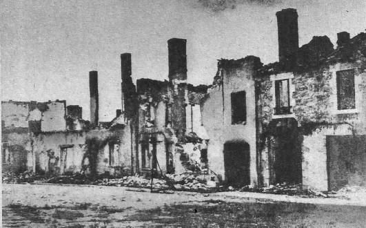 Ein Straßenzug von Oradour nach der Zerstörung