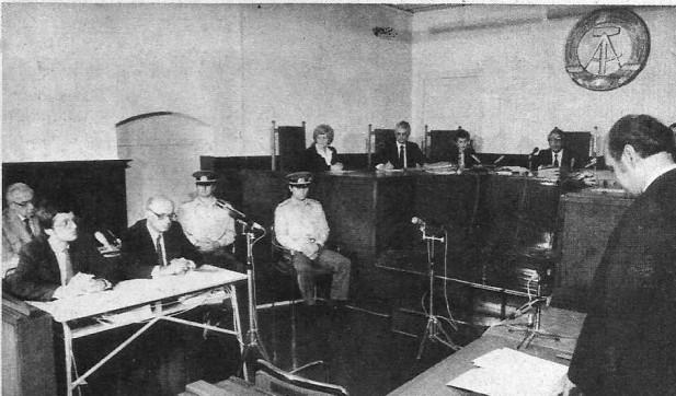 Gerichtsverhandlung gegenHeinz Barth vor dem Stadtgericht Berlin: Der Staatsanwalt (v.r.) erhebt die Anklage. Links hinten im Bild der Angeklagte