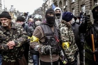 So sehen jetzt die Sicherheitskräfte der Ukraine aus. Am Arm die faschistische Wolfsrune.