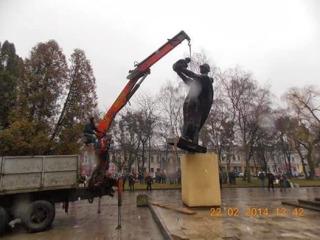 Friedliche, pro-euopäische, demokratische Demonstranten schänden in Lwow das Denkmal für die im Kampf gegen den Faschismus gefallenen Soldaten der Roten Armee.
