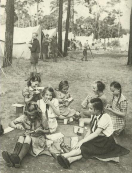 """Fröhliches Treiben im Zeltlager der Pionierrepublik """"Ernst Thälmann"""" in der Wuhlheide bei Berlin"""