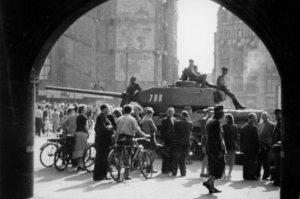 Sowjetische Panzer am 17.6.1953 auf dem Marktplatz in Leipzig.