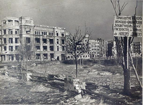 """Stalingrad. Univermag - hier befand sich der Stab des Nazi-Generals Paulus. (Aufschrift: """"Fluch und Tod den deutsch-faschistischen Eroberern und ihrer Regierung, ihrer Armee, ihrer neuen """"Ordnung"""".)"""