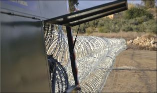 barbed_wire_fence_04