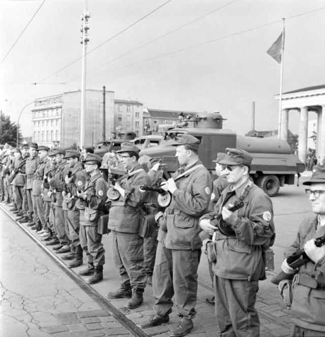ADN-ZB / Junge 14.8.1961 Berlin: Sicherung der Staatsgrenze am 13.8.1961 - Zum Schutz der Grenze eingesetzte Genossen der Kampfgruppen auf der Westseite des Brandenburger Tores.