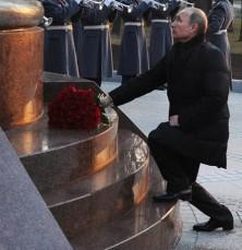 Putin kniet vor Zarendenkmal